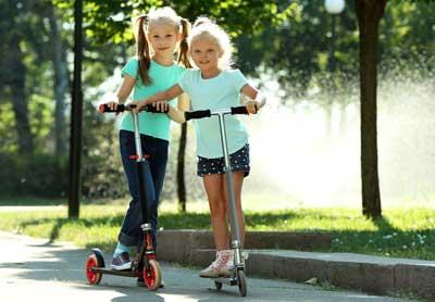 Kinderschreibtisch - Bewegung auf Kinderroller zum Ausgleich