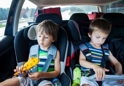Kinderschreibtisch - auch im Kindersitz im Auto malen Kinder gerne