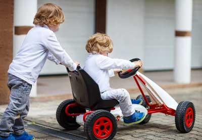 Ausgleich zum Sitzen am Kinderschreibtisch - fahren im Kinderauto